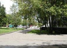 парковка слева от дома