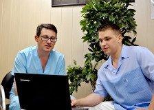На фото доктора Степанов и Хащенко обсуждают рабочие моменты