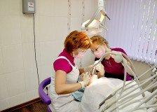 Врач и ее ассистентка за работой в одном из кабинетов клиники «Дентокласс»