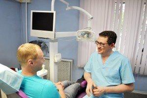 На фото доктор Степанов А.В. консультирует пациента
