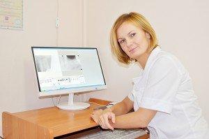 Профессиональное отбеливание зубов — это процедура, которая проводится стоматологом-терапевтом.