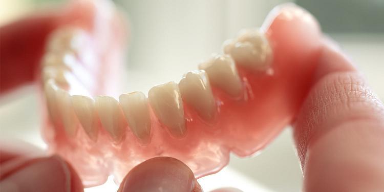Съемные нейлоновые протезы отличаются высокой эстетичностью, поскольку при использовании незаметны во рту.