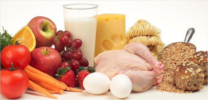 На фото помидоры, яблоки, молоко, сыр, черный хлеб, земляника, морковь