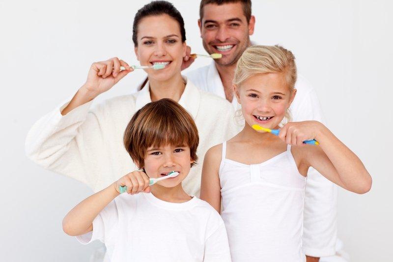 «Одна паста для всей семьи» — на самом деле это выражение ни что иное как рекламный трюк. Детям нужна паста с минимальным содержанием фтора и других добавок.