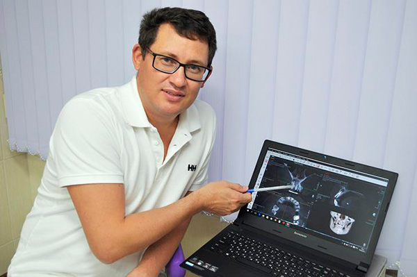 Андрей Васильевич — опытный врач-стоматолог, который подробно отвечает на вопросы пациентов и помогает им освоить правила ношения съемных протезов.